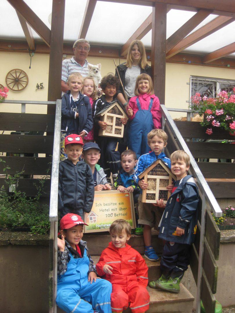 Herzogenauracher Kindergartenkinder bauen Insektenhotel
