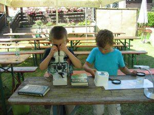 Vorschulkinder erforschen Wasser